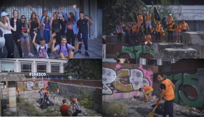 Un grup de tineri voluntari au curățat havuzul din fața Hotelului Național. Video!