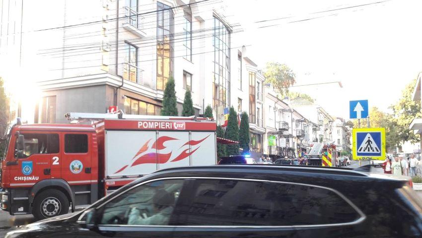 Foto: Incendiu într-un hotel din Capitală. Patru autospeciale au sosit la fața locului