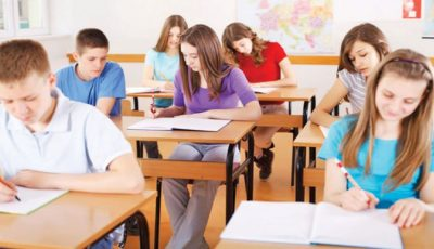 Unele școli și universități din țară renunță la agenda elevului, carnetele de note și chiar registre