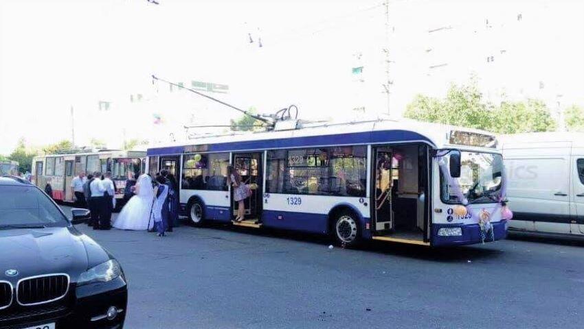 Foto: Doi miri din Chișinău au schimbat limuzina pe un troleibuz. Foto!