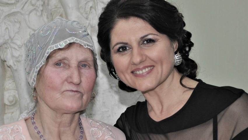 Foto: Interpreta Lenuța Burghilă își sărbătorește mama!