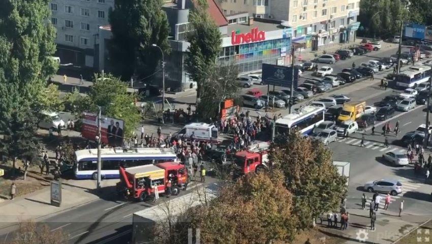 Foto: Imagini noi de la accidentul groaznic din Chișinău: un troleibuz plin cu pasageri, lovit în plin de un Porshe