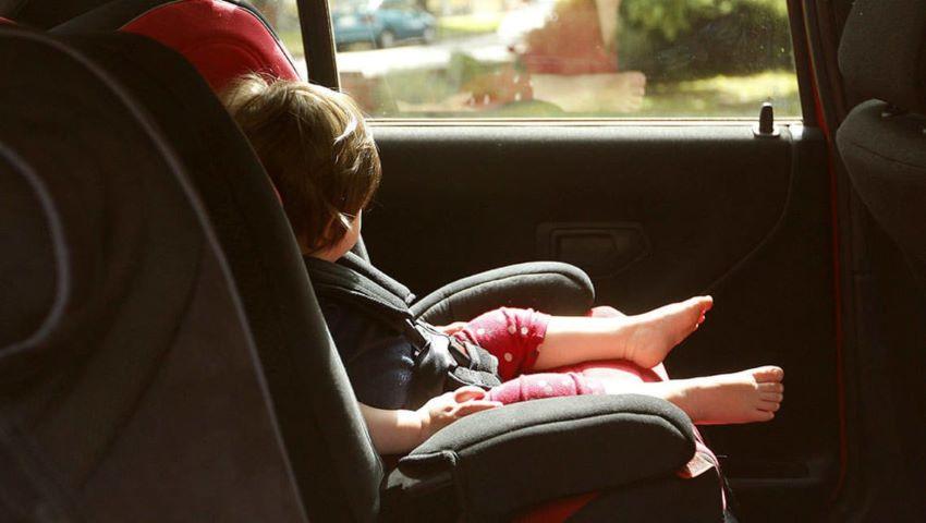 Foto: O moldoveancă și-a încuiat copiii în mașina încinsă de soare și a plecat la cumpărături