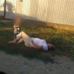 Foto: O mamă beată a căzut pe stradă. Fiul ei de 6 ani îi ținea sticla de bere