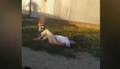 O mamă beată a căzut pe stradă. Fiul ei de 6 ani îi ținea sticla de bere