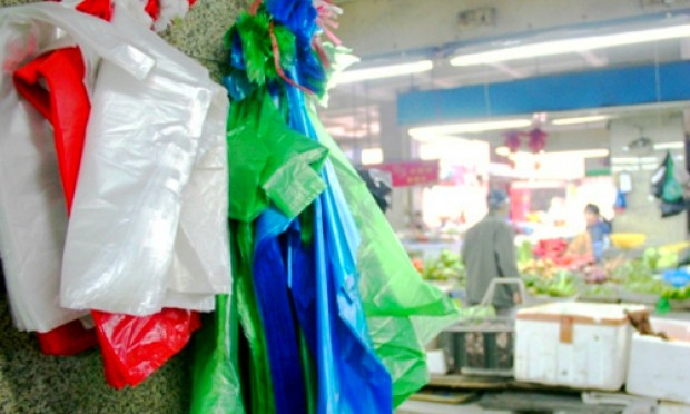 Foto: Amenzi de până la 12.000 de lei pentru cei care vor comercializa pungi și tacâmuri de plastic
