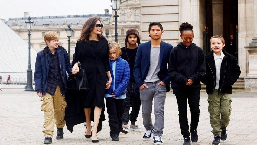 Foto: Cum se descurcă Angelina Jolie, o mamă singură cu 6 copii