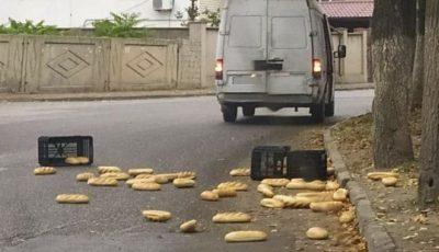 Revoltător. Pâine aruncată pe jos, pe o stradă din Bălți
