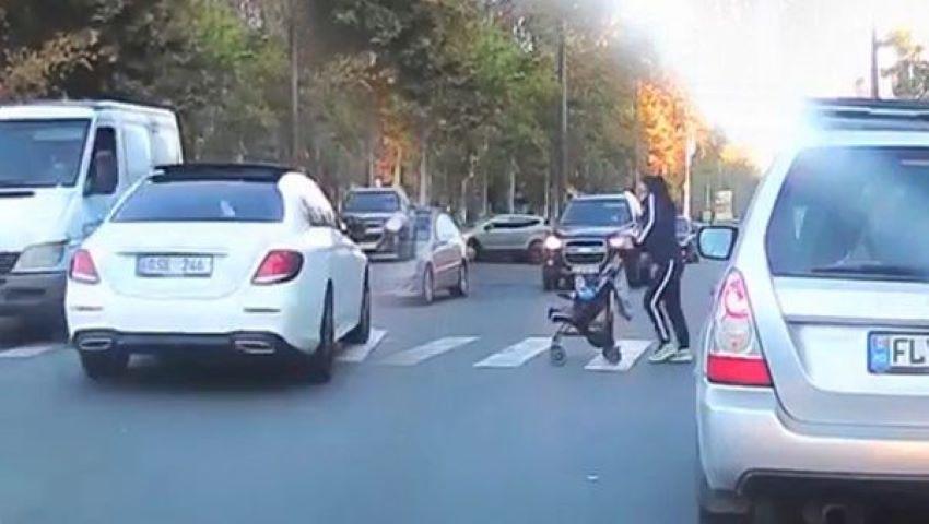 Foto: Video. O mamă cu un cărucior, la un pas de a fi spulberată pe trecerea de pietoni, la Botanica