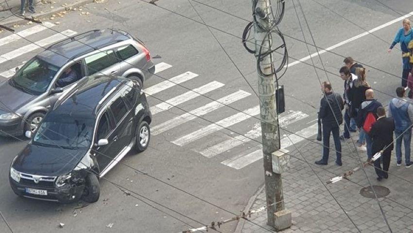 O mașină a intrat în pietoni, în centrul capitalei. O femeie a fost grav rănită