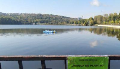 """Insulă de plastic, pe lacul din parcul ,,Valea Morilor"""". Îți place? Cu siguranță că NU!"""