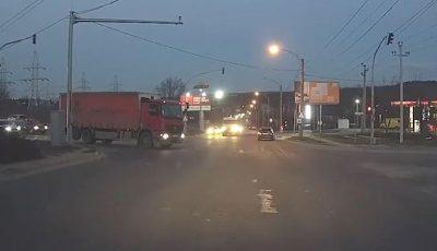 La un pas de tragedie. Un camion vine cu mare viteză în direcția unui microbuz de rută, care trece pe roșu