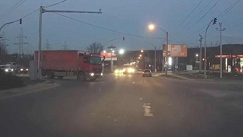 Foto: La un pas de tragedie. Un camion vine cu mare viteză în direcția unui microbuz de rută, care trece pe roșu