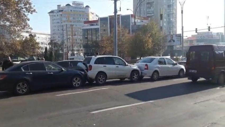 Foto: Accident în lanț, în Capitală: 4 mașini au fost avariate