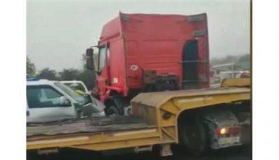 Accident grav la Măgdăcești. O mașină a intrat violent într-un camion
