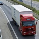 Foto: Poliţia din Belgia a descoperit 12 migranţi, toți vii, într-un camion frigorific