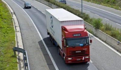 Poliţia din Belgia a descoperit 12 migranţi, toți vii, într-un camion frigorific