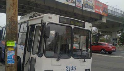 Un troleibuz a rămas fără o roată în timpul mersului. Vehiculul a ajuns pe trotuar