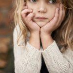 Foto: O fetiță dată dispărută și-a așteptat părinţii plecați în străinătate, toată noaptea, într-o scară de bloc