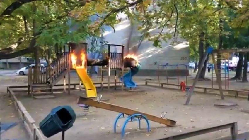 Foto: Un teren de joacă din capitală a fost incendiat