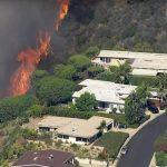 Foto: Incendii forestiere în Los Angeles. Flăcările se apropie de clădările rezidențiale de milioane de dolari