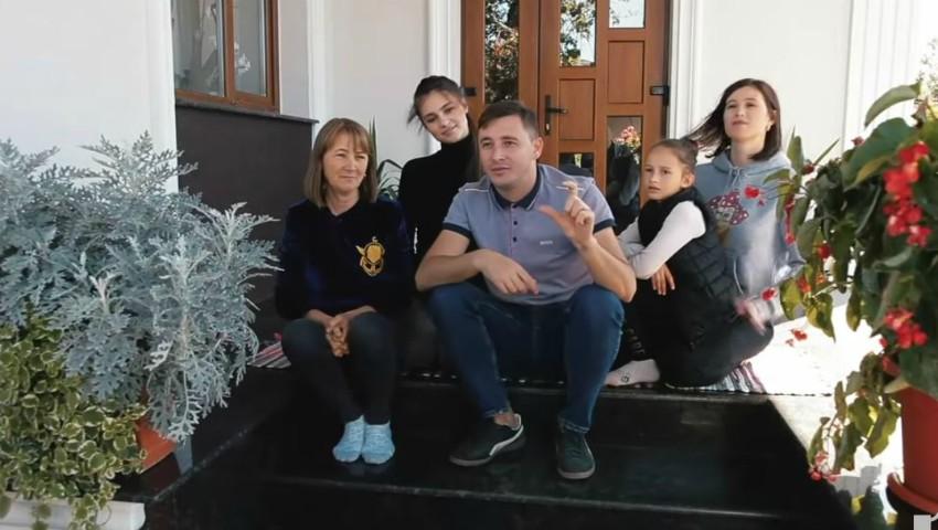 Foto: Emilian Crețu ne arată casa visurilor copilăriei sale, renovată și cu cei dragi fericiți alături!