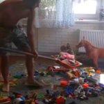 Foto: Video. Un tată strânge jucăriile din camera copiilor cu lopata