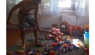 Video. Un tată strânge jucăriile din camera copiilor cu lopata