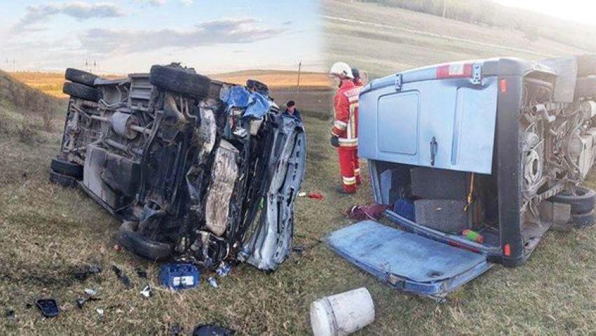 Foto: Un microbuz cu pasageri s-a răsturnat la Telenești: 16 persoane au ajuns la spital