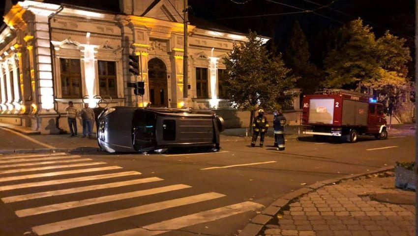 Foto: O Honda s-a răsturnat după ce s-a tamponat cu o Toyota, în centrul capitalei