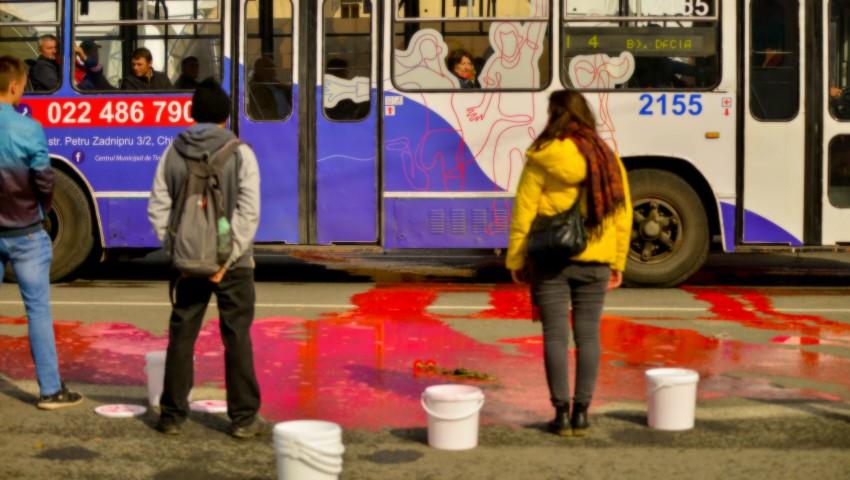 """Foto: 70 de litri de """"sânge"""" au curs în centrului Capitalei. Oare câți moldoveni vor mai muri anual din cauza acestor condiții?"""