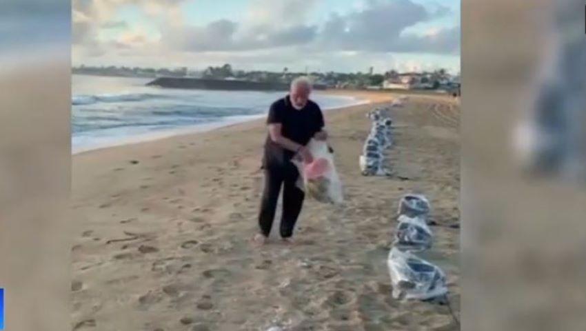 Foto: Premierul Indiei, surprins strângând gunoaiele lăsate de turiști pe plajă
