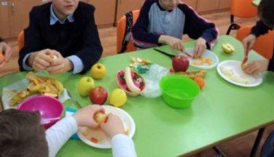 În plin sezon al fructelor autohtone, mai mulți copii din grădinițe au avut în meniu portocale și banane