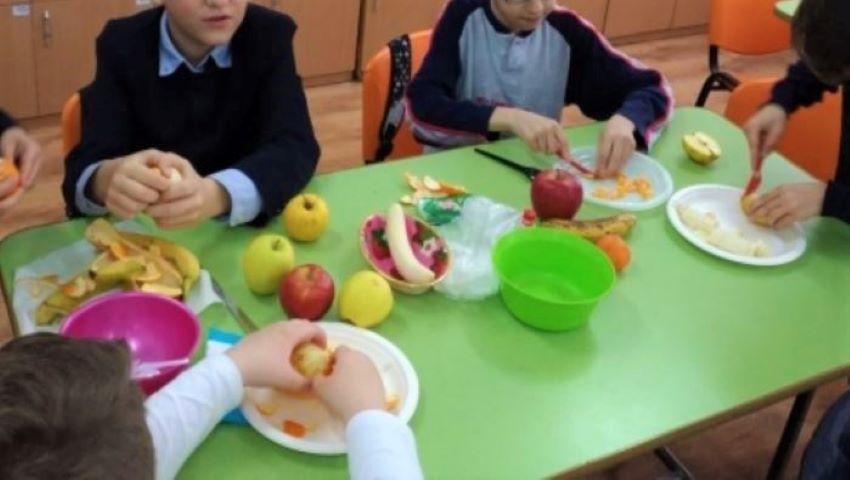 Foto: În plin sezon al fructelor autohtone, mai mulți copii din grădinițe au avut în meniu portocale și banane