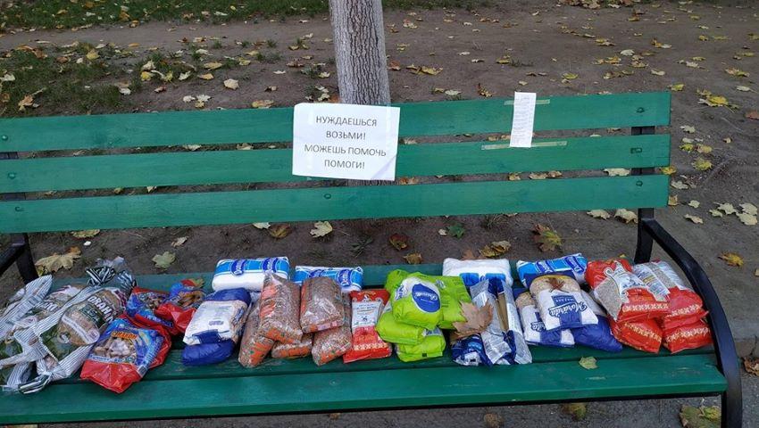 Foto: Gest de caritate. Mai multe produse alimentare, lăsate pe o bancă din capitală pentru cei nevoiași