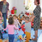 Foto: Dădacele și bucătarii din școli și grădinițe vor primi salarii mai mari