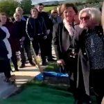Foto: Funeralii cu umor. Oamenii prezenți au început să râdă când au auzit din groapă vocea bărbatului decedat