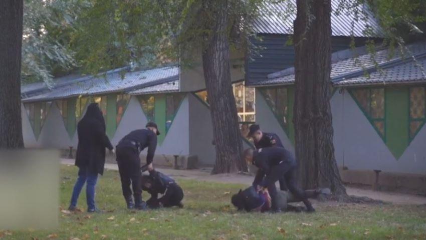 Foto: Tineri drogați, reținuți de carabinieri chiar în Parcul Catedralei