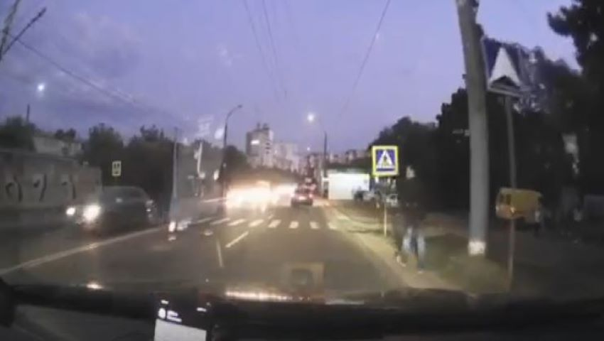 Foto: Video șocant. Un bărbat, la un pas de a fi spulberat pe o trecere de pietoni pe strada Grenoble