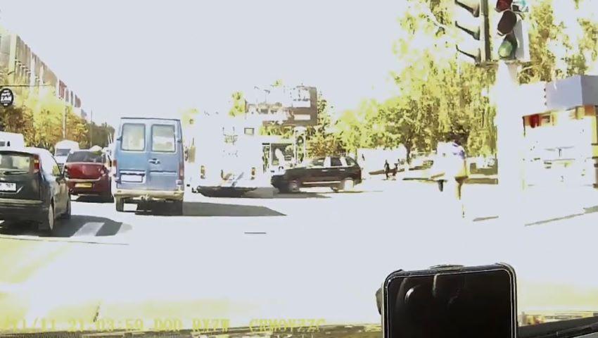 Foto: Momentul impactului dintre automobilul Porshe și troleibuzul implicat în accident, surprins de camerele video