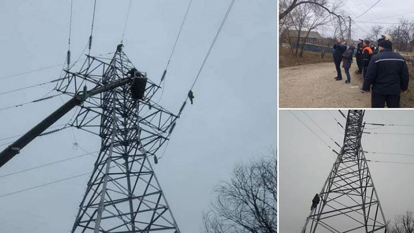 Foto: Cum a fost coborât tânărul care a urcat pe stâlpul de 35 de metri, lăsând capitala fără lumină