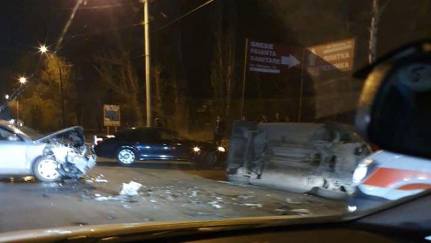 Foto: Accident violent pe strada Uzinelor din Capitală. O ambulanță s-a răsturnat