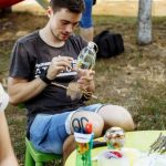 Foto: Nu arunca plasticul! Câțiva tineri din Chișinău îl transformă în bijuterii, obiecte de decor sau mobilier