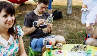 Nu arunca plasticul! Câțiva tineri din Chișinău îl transformă în bijuterii, obiecte de decor sau mobilier