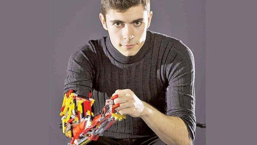 Foto: Spaniolul David Aguilar, primul om care foloseşte un braţ realizat integral din lego