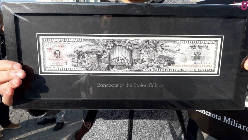 """Foto: La Chișinău au fost împărțite primele bancnote de ,,un miliard de dolari""""!"""