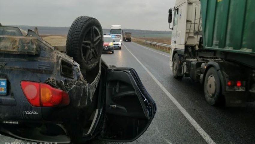 Foto: O familie de moldoveni s-a răsturnat cu mașina pe drumul Odessa-Reni