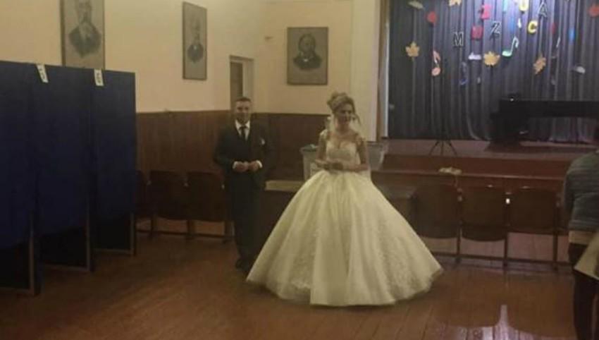 Foto: În Chișinău, un mire și o mireasă au mers să aleagă președintele României