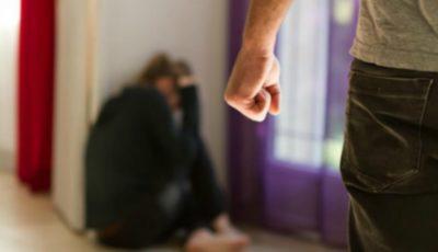 Și-ar fi bătut soția și a încercat să scape de pedeapsă, propunând mită. Un polițist, reținut!