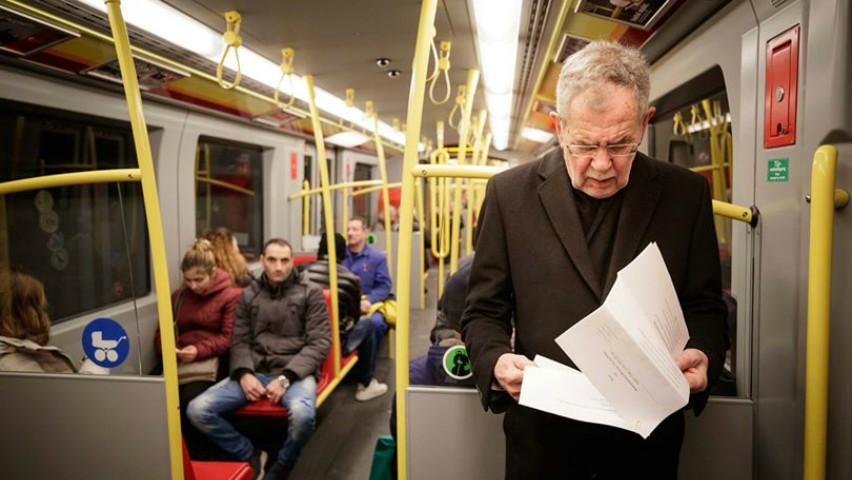 Foto: Președintele Austriei Alexandre Van der Bellen călătorește cu metroul